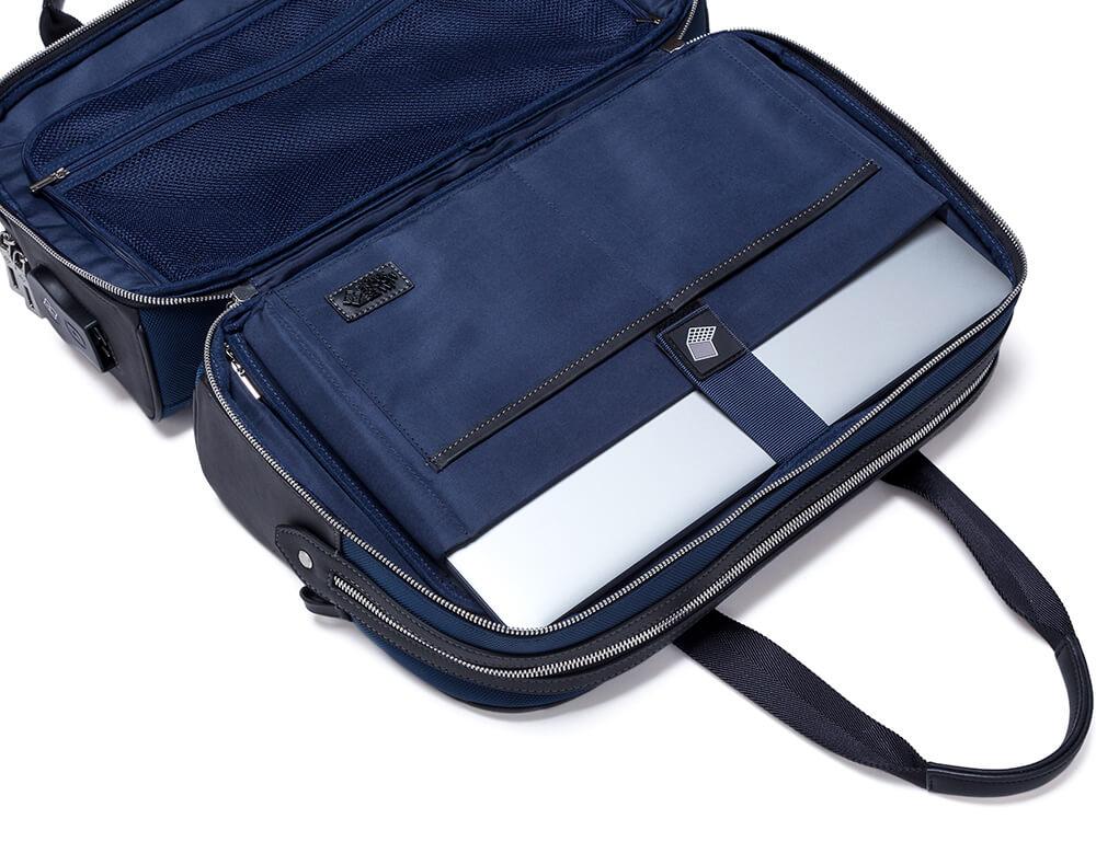 JMNY Atlas travel bag in navy blue inside pockets